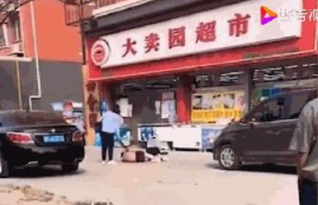 死亡男子的妻子稱,丈夫生前曾在街頭脫光跪地遭呂姓女子暴打,兩人對外自稱情侶。(視頻截圖)