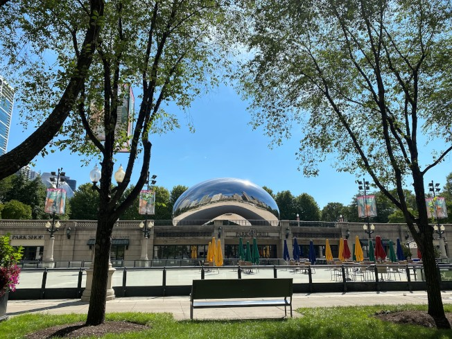 受疫情影響,芝加哥多個觀光景點都仍未恢復開放,包括圖中的千禧公園內的大鋼豆「雲門」。(特派員黃惠玲╱攝影)