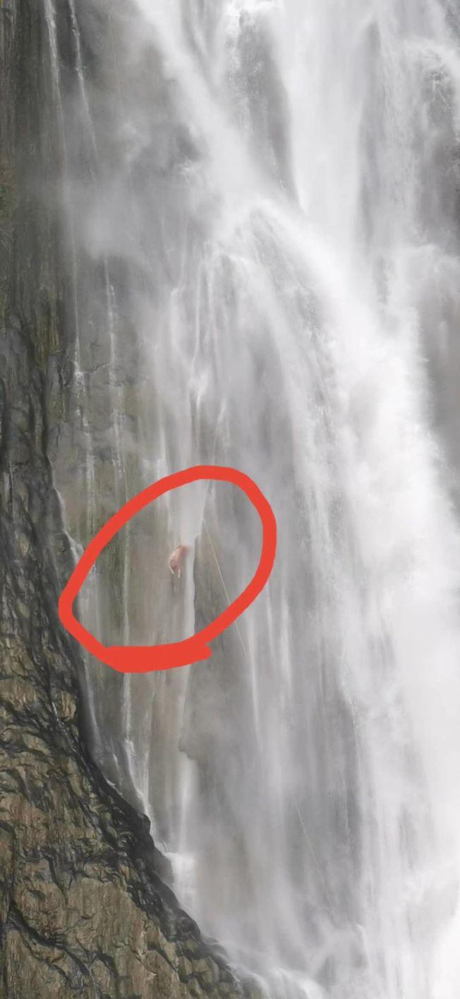 貴州滴水灘瀑布全貌及被困人員現場。(取材自上游新聞)