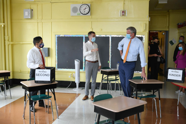 白思豪(右)指紐約市公校的防疫嚴格度全球領先。(市長辦公室提供)