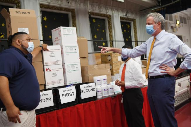 白思豪(右)指紐約市公校的防疫嚴格度全球領先,已備足防疫物資。(市長辦公室提供)