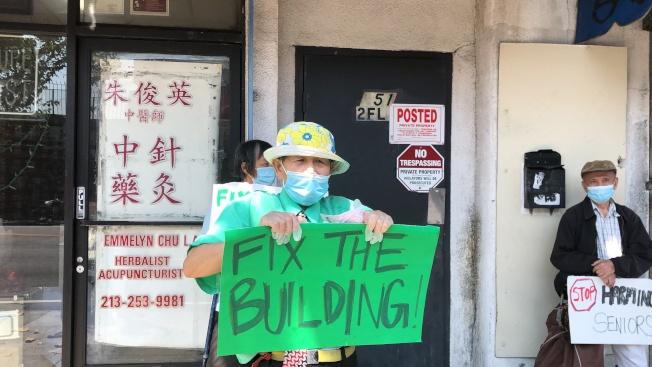華埠租客抗議房東怠慢租客修電要求。(記者王若然/攝影)