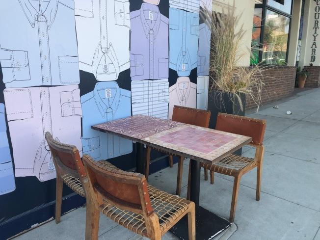戶外用餐區的別緻背景牆。(記者張宏/攝影)