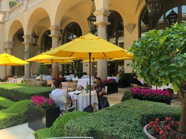 提升客人的戶外用餐體驗。戶外用餐區用隔板隔開。(記者張宏/攝影)