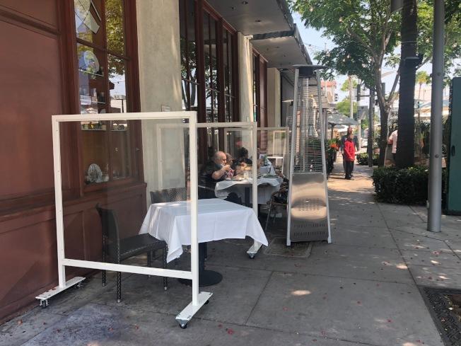 戶外用餐區用隔板隔開。(記者張宏/攝影)