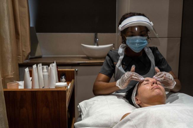 即便業者穿戴防護裝備,芝加哥禁止美容等個人服務業。(Getty Images)