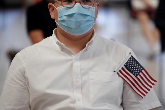 負責審核移民申請案件的美國公民及移民服務局大部分雇員下周起雖不用再放無薪假,但某些移民和入籍案件處理可能耗時比往常更久。圖為紐約市一移民等待入籍。(路透)