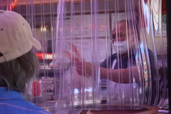 李Peter(右)的肉舖販售多種類的新鮮肉品,擁有不少老客戶。(記者顏嘉瑩/攝影)