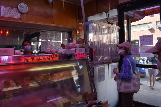 開業30多年的李氏肉食批發公司,與社區共體時艱,肉價不增反減。(記者顏嘉瑩/攝影)