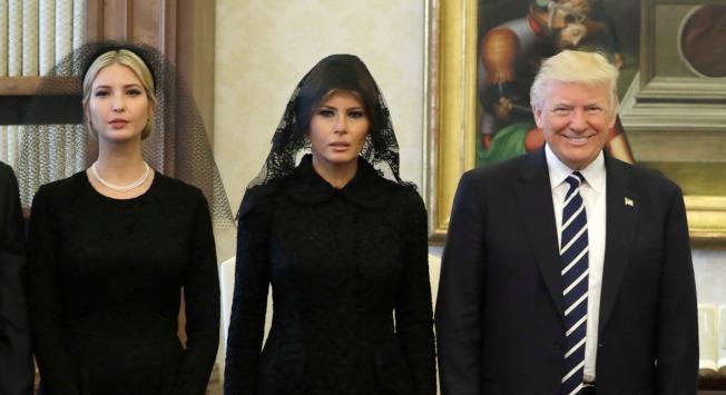 新書爆料,川普總統女兒、白宮高級顧問伊凡卡(左)試圖削弱梅蘭妮亞(中)的勢力。(美聯社)
