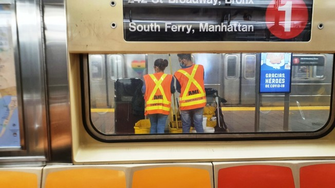 35 MTA主席費伊稱,國會若不通過補助案,MTA將被迫削減7200個工作崗位;圖為MTA工作人員在地鐵站加強清潔消毒工作。(記者王彩鸝/攝影)