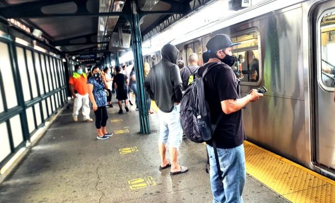 37 MTA表示,如果沒有資金救助,地鐵和公車服務可能會減少40%,通勤乘客可能要等兩小時。(記者王彩鸝/攝影)