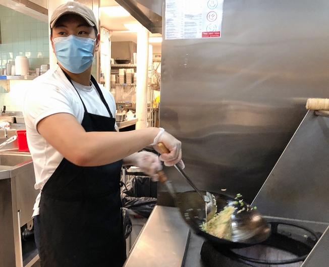 「 好日子外賣 」快閃店的華裔主廚冼諾揚在後廚忙碌。(記者張晨/攝影)