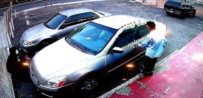 嫌犯蹲守在受害者车辆前方,准备抢劫。 (园林市警局提供)