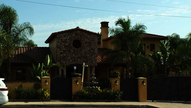Sierra Madre大道1100號2萬平方呎的豪宅日前用於舉辦排隊,活動組織者與房東被格蘭杜拉市政府告上法庭。(取材自NBCLA)