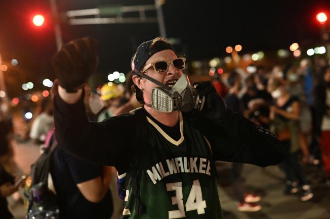 NBA罷賽抗議威州警察槍擊非裔事件,讓川普總統氣得大罵「政治組織」。圖為民眾抗議現場。(路透)
