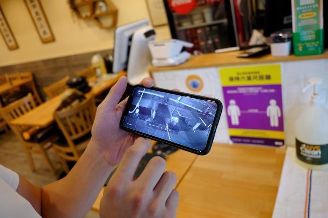 監視器拍到竊賊趁店家打烊後,竊取門口的戶外用餐桌椅。(華埠商改區提供)