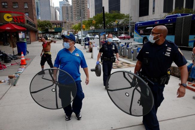 警方與華埠商改區合力將遭竊的桌子等,還給受害店家。(華埠商改區提供)