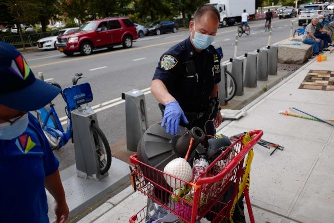 警方在聖詹姆士坊找到竊賊以及尚未被變賣掉的贓物。(華埠商改區提供)