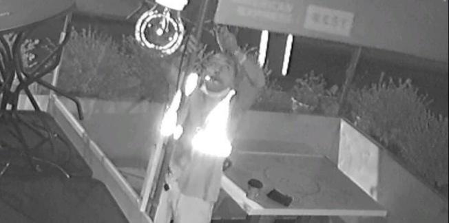 監視畫面拍到,竊賊作案時身穿反光背心。(華埠商改區提供)