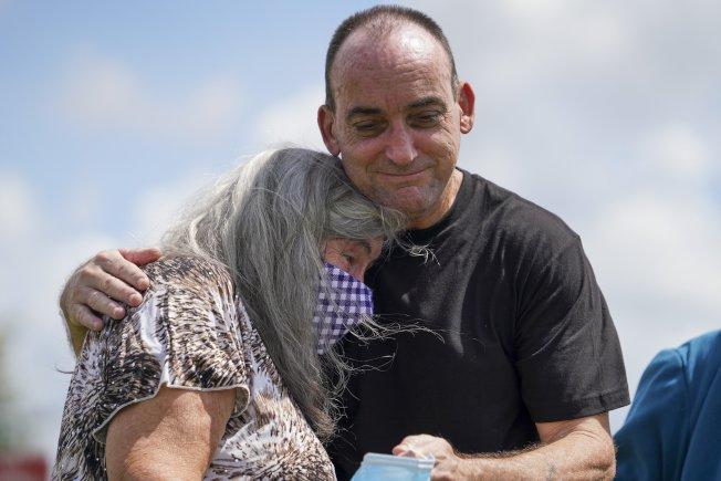 佛羅里達州 男子杜波伊斯在1983年因謀殺和性侵被捕;經過37年的冤獄,才終於藉由DNA鑑定還他清白。圖為杜波伊斯27日獲釋後摟著母親。(美聯社)