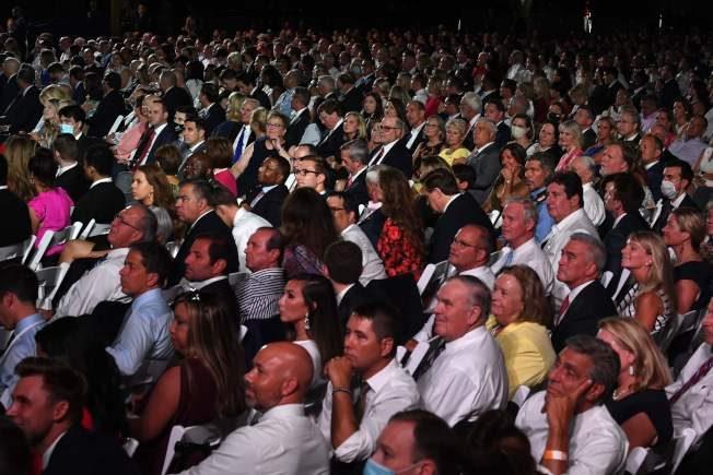 快看世界/千人擠坐、無人戴罩…共和黨全代會現場長這樣