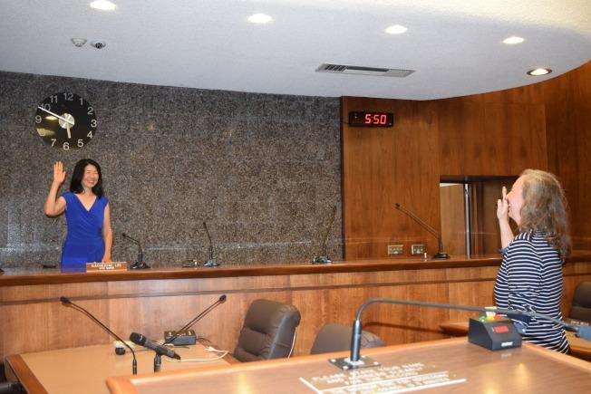 阿罕布拉市日前舉行副市長換屆,華裔市議員黃幼平輪值成為副市長。(阿市市政府提供)
