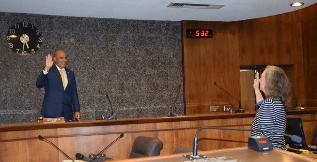 阿罕布拉市日前舉行市長換屆,前副市長David Mejia輪值成為市長。(阿市市政府提供)