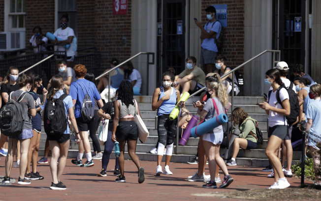 大學陸續返校開學,校園防疫成挑戰。(美聯社)