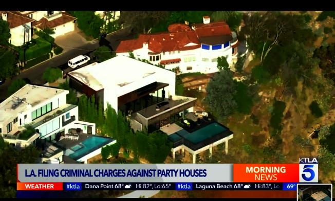 圖為Bryce Hall和Blake Gray舉辦派對的房屋。(KTLA截圖)