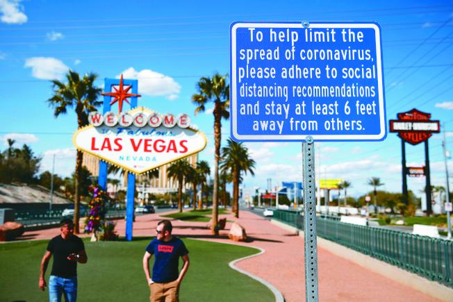 內華達州一名25歲男子,成為全美第一個已知的新冠病毒再度感染個案。圖為內州賭城歡迎旅客光臨並提醒保社交距離。(美聯社)