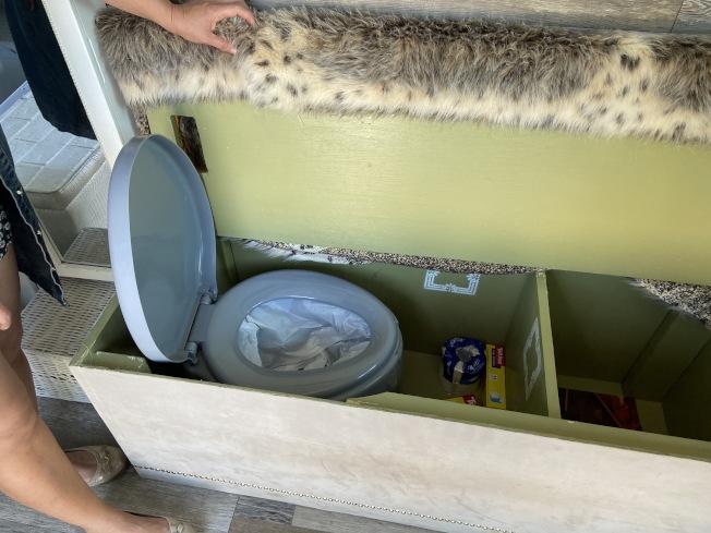 黃亦彬的廂型房車上設有獨特的「塑膠袋」馬桶。(記者謝雨珊/攝影)