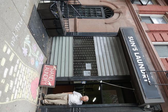 李洪森經營洗衣店61年,不捨離開。(記者金春香/攝影)