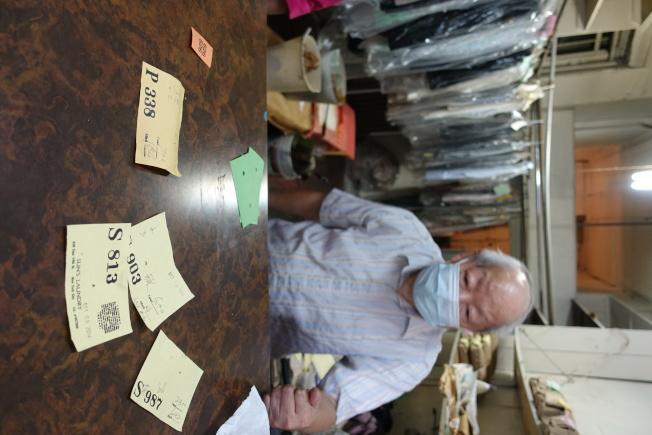 李洪森介紹衣物卡片上代表的信息。(記者金春香/攝影)