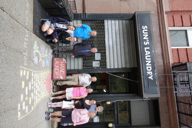 李洪森(右六)的家人來見證洗衣店熄燈前最後一天。(記者金春香/攝影)