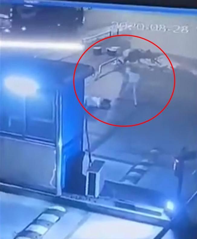 路邊的監控設備拍攝了男子用磚殺人的全過程。(視頻截圖)