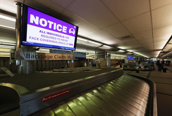 國土安全部考慮蒐集訪美旅客的手機號碼,以協助感染源追蹤。圖為丹佛國際機場。(美聯社)