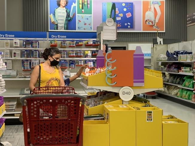 返校季文具用品折扣多,市消費者事務局建議買前先列商品清單,避免盲目消費。(本報記者/攝影)