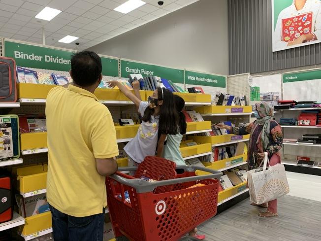疫情下新學年將至,家長和學生帶著口罩到賣場採購返校用品。(本報記者/攝影)