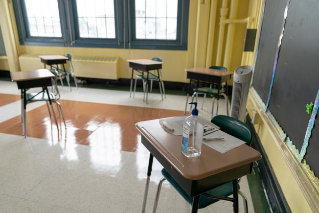 紐約市各公校在為迎接學生返校做準備,教室桌椅為防疫而重擺。(路透)