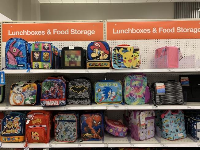 商場每年返校購物季都會推出返校採購區,寄出優惠低價出售商品外,每周還有不同打折品。(本報記者/攝影)
