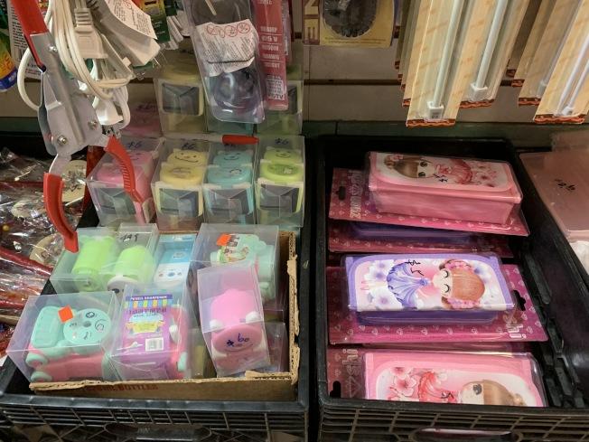 每年替華裔家長一條龍備齊返校文具的店家,計畫等二波返校潮時販售獨立文具套件組,把孩子共用物品的安全隱患降到最低。(本報記者/攝影)