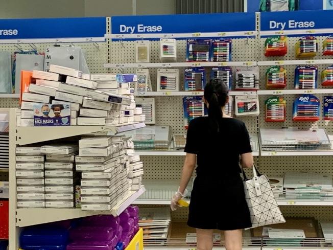商場內的返校採購區貨架上擺滿口罩、消毒液等,成為2020年返校必備「學習用品」。(本報記者/攝影)