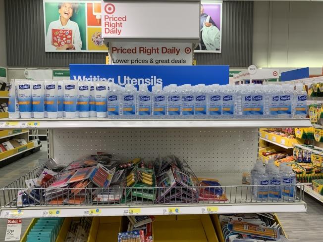 商場內的返校採購區貨架上擺滿口罩、消毒液等,成為另類的2020年返校的必備「學習用品」。(本報記者/攝影)