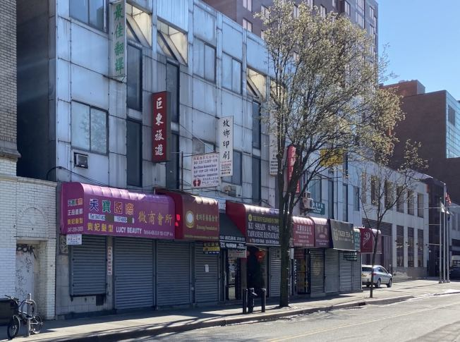 新冠疫情持續,紐約市法拉盛街頭冷清,攬客的站街女也沒了身影。(本報資料照片)