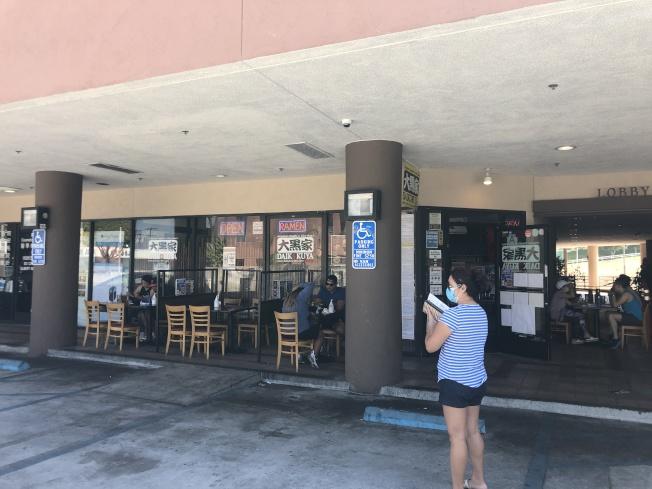 蒙市「大黑家」拉麵,設立戶外用餐區。(記者王若然/攝影)