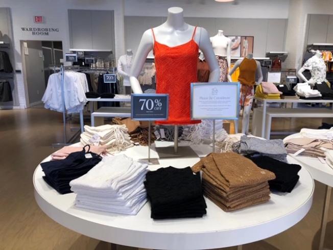 時裝業受疫情影響嚴重,直銷中心商家大甩賣,力度堪比聖誕節。(周先生提供)