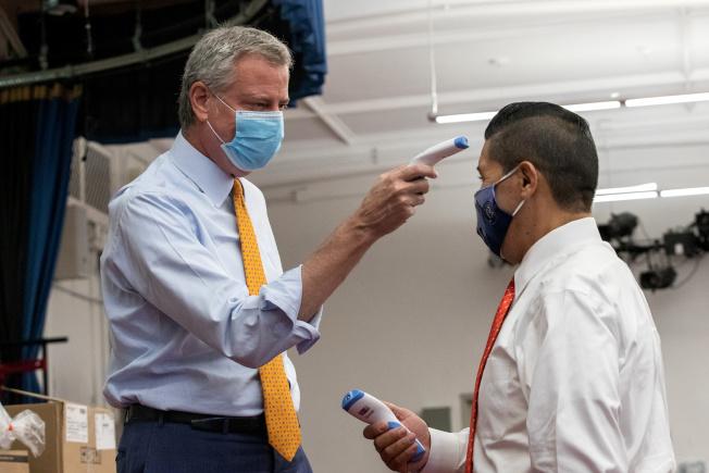 紐約市公校教師不願返校,醞釀罷工;圖為此前白思豪(左)和卡蘭扎考察各校防疫準備情況。(路透)