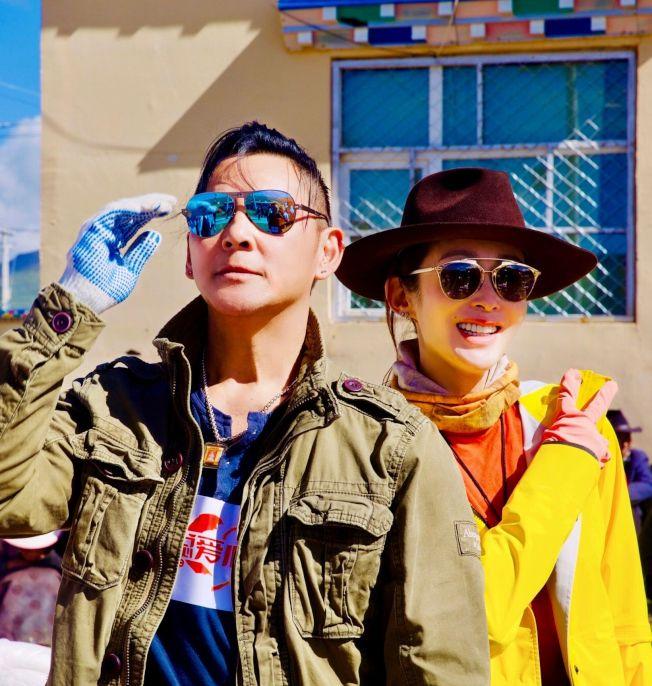 張敏(右)與莫少聰一同去山區做善事。(取材自微博)