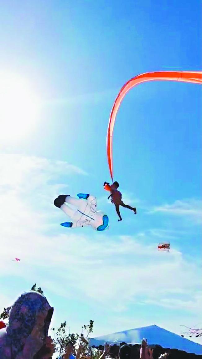 三歲林姓女童30日觀賞糖果風箏時,現場忽然颳起強風,尾巴細長的「領航」風箏不慎纏上女童肚子,將她直捲上天。(記者王駿杰/翻攝)